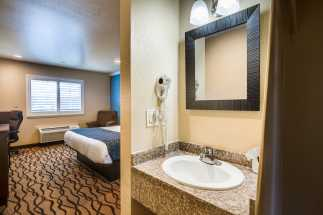 Americas Best Value Inn Richmond - Full Bathroom with Granite Vanity