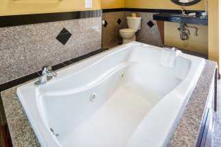Americas Best Value Inn Richmond - Some rooms feature Jacuzzi tubs